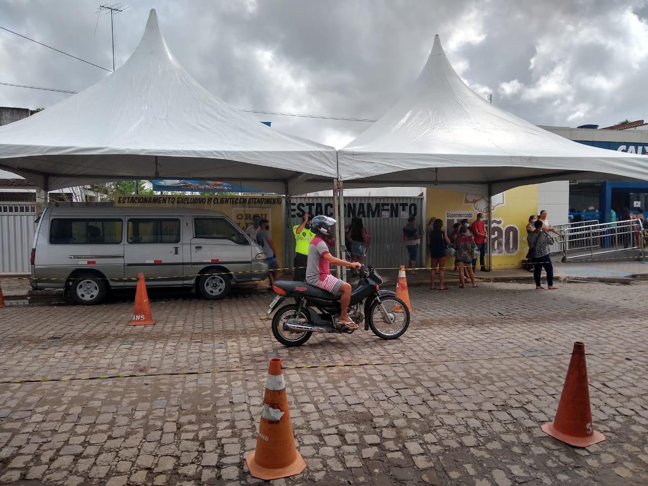 Prefeitura disponibiliza tendas e realiza ação educativa contra propagação da covid-19 com beneficiários do auxílio emergencial