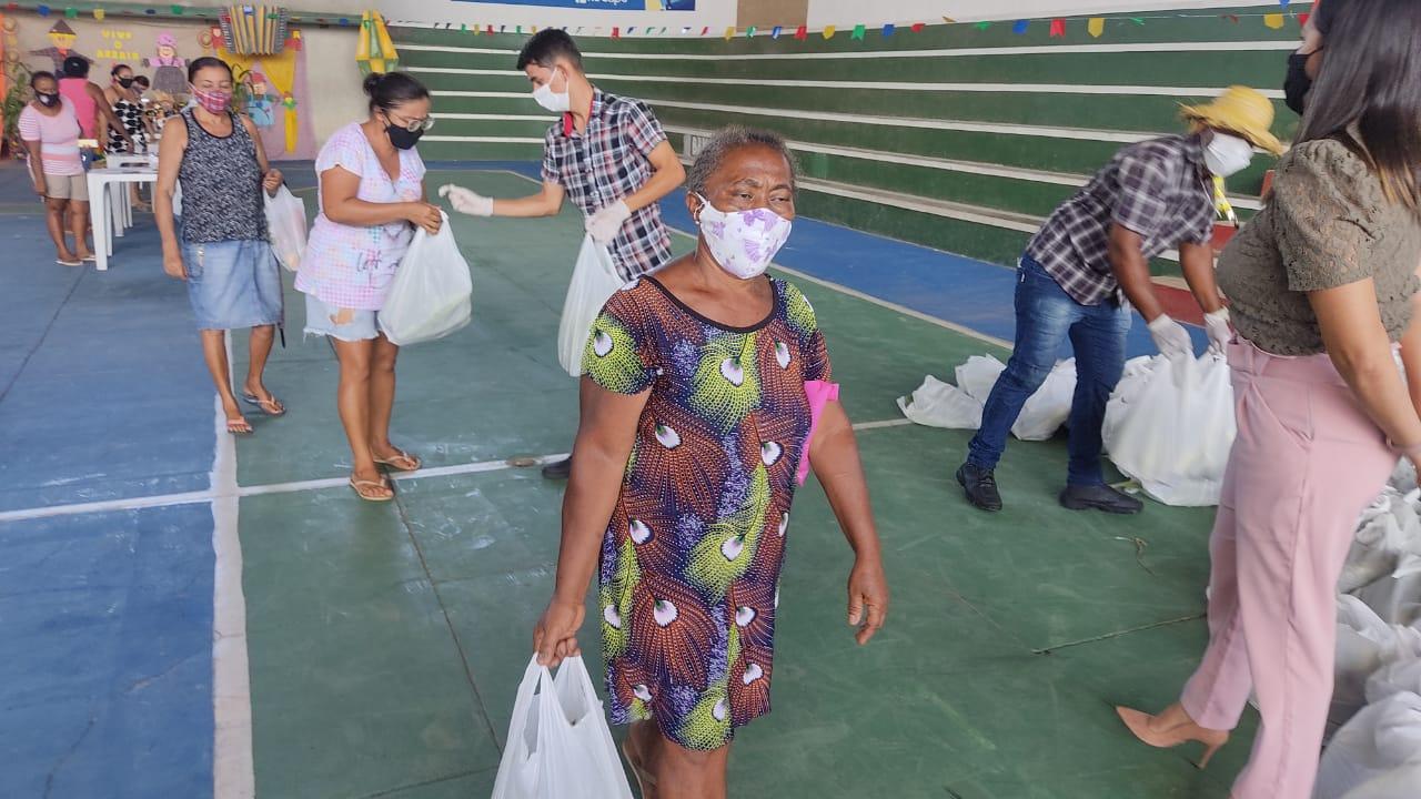 Prefeitura distribui 4 toneladas de alimentos para famílias de Sapé